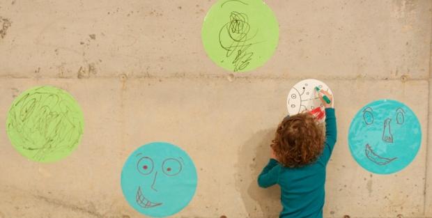 neno-escribiendo-pared